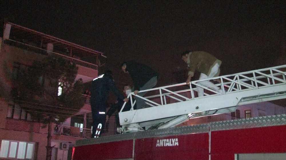 Apart otelde yangın: Mahsur kalan 2 kişiyi itfaiye kurtardı