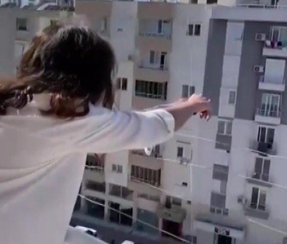 Bin 400 kilometre uzaktaki asker eşinden drone ile gül alan Ecem Ezgi Ercan: