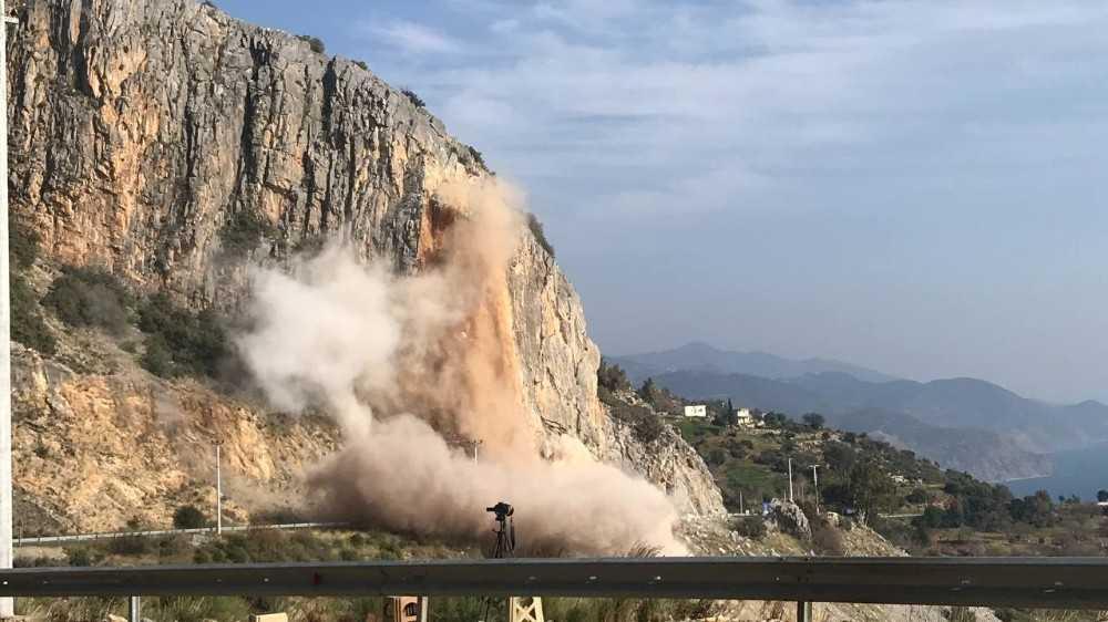 D 400 kara yolunda kontrollü patlama yapıldı