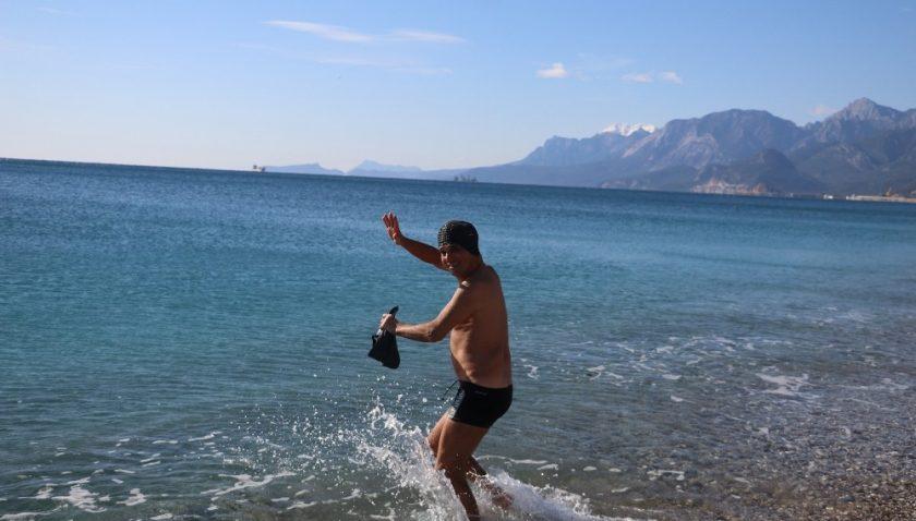 Dün kar yağan Antalya'da bugün deniz keyfi