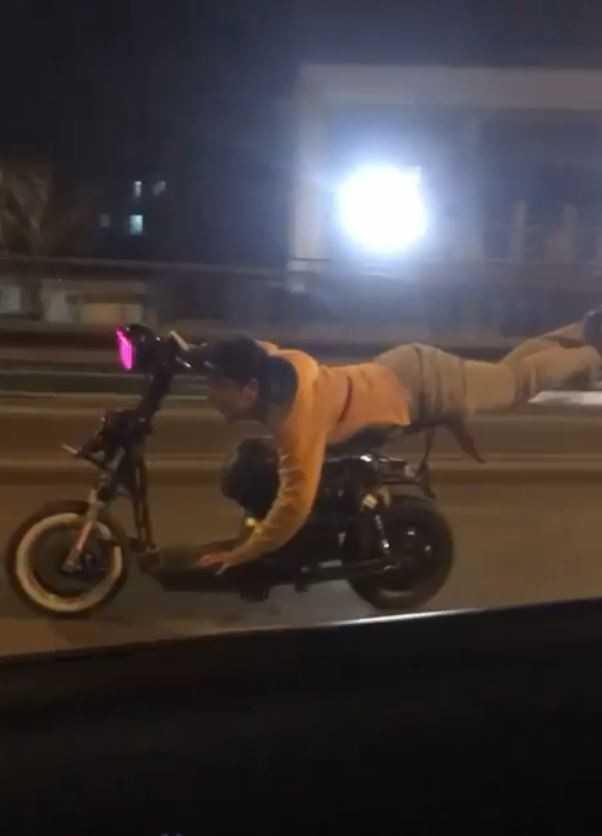 Elektrikli bisiklet üzerinde yatarak tek elle ölümüne yolculuk