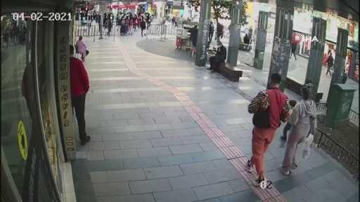 Eşi ve çocuğuyla yürüyen kadına taciz iddiası ortalığı karıştırdı...Önce taciz etti, hiçbir şey olmamış gibi yoluna devam etti