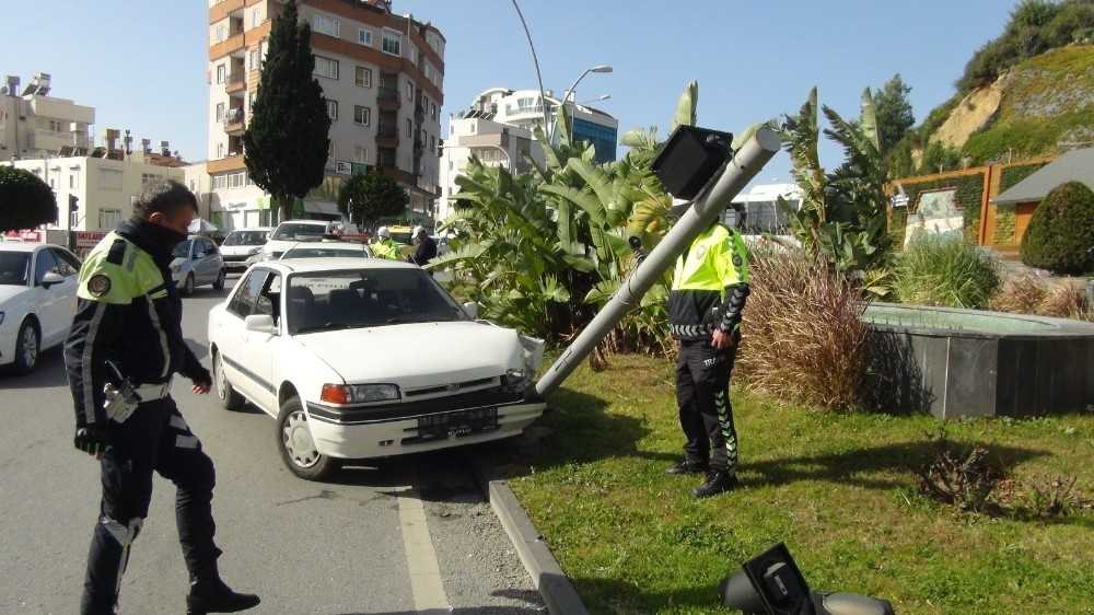 Fren yerine gaza basınca trafik lambasını devirdi