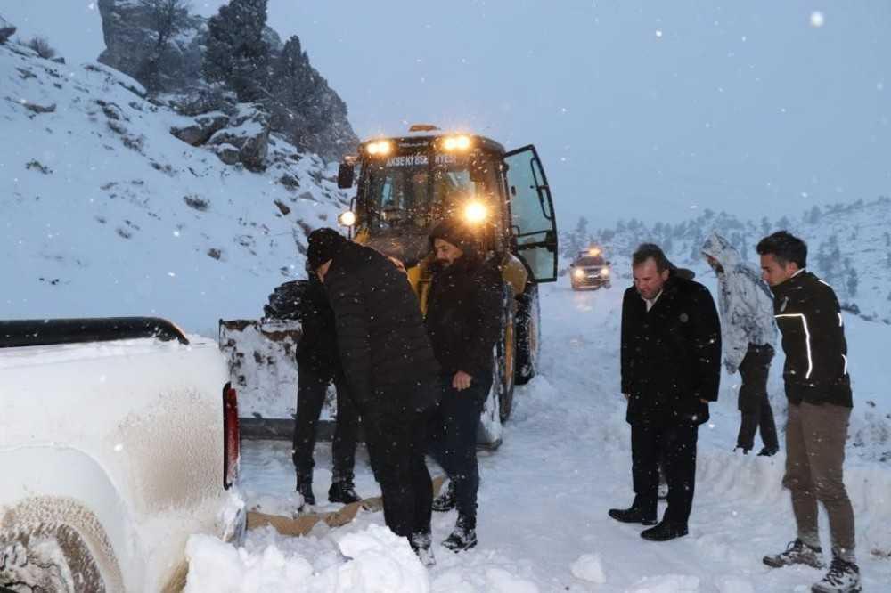 Hayvanları beslemek için gittikleri Giden Gelmez Dağları'nda mahsur kaldılar