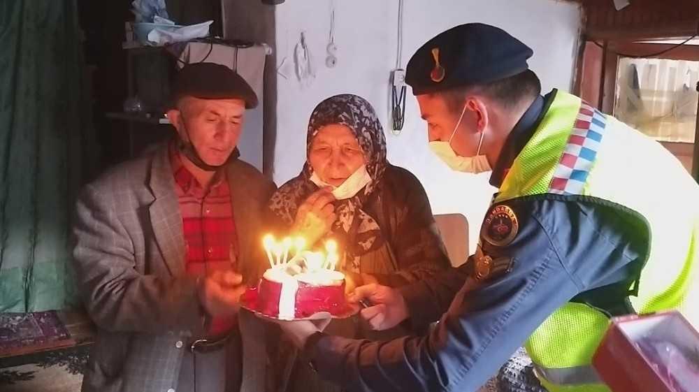 Jandarmadan 55 yıllık çifte sürpriz sevgililer günü kutlaması