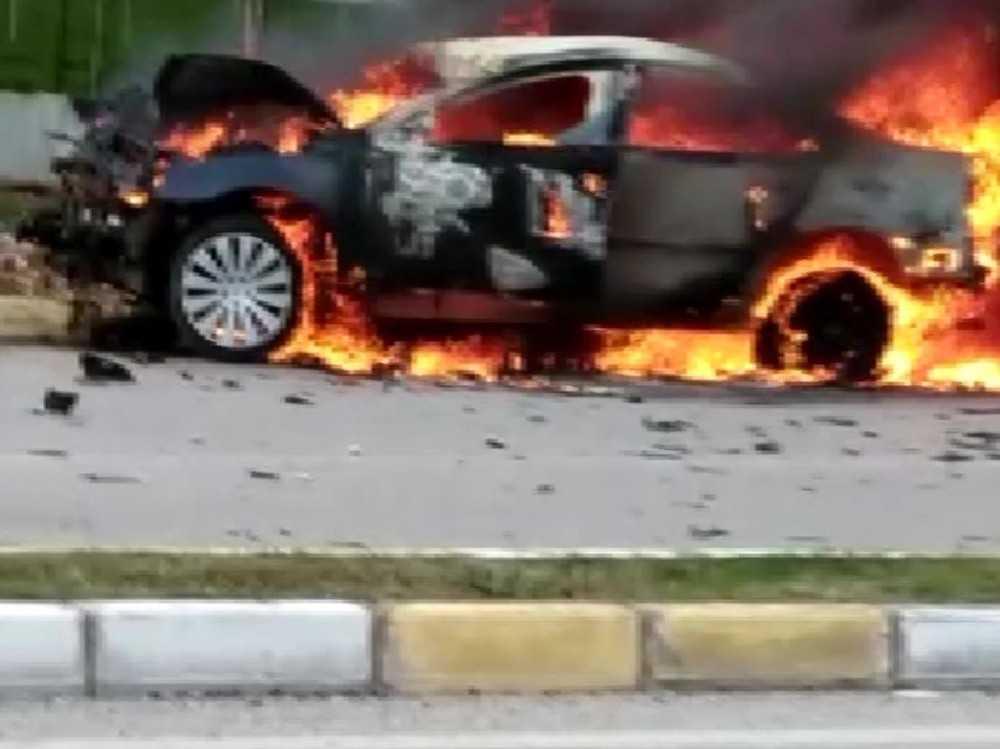 Kamyona çarpan otomobil alev alev yandı