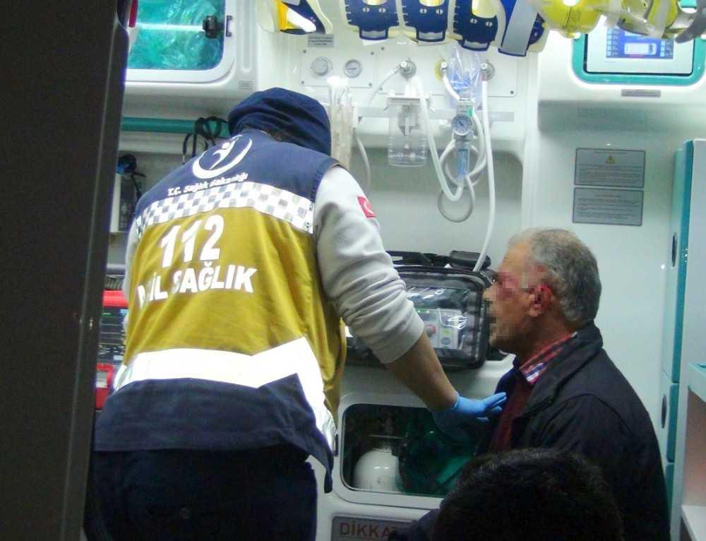 Kazada kulağı kopan araç sürücüsü, aracını bırakıp ambulansa binmemek için direndi