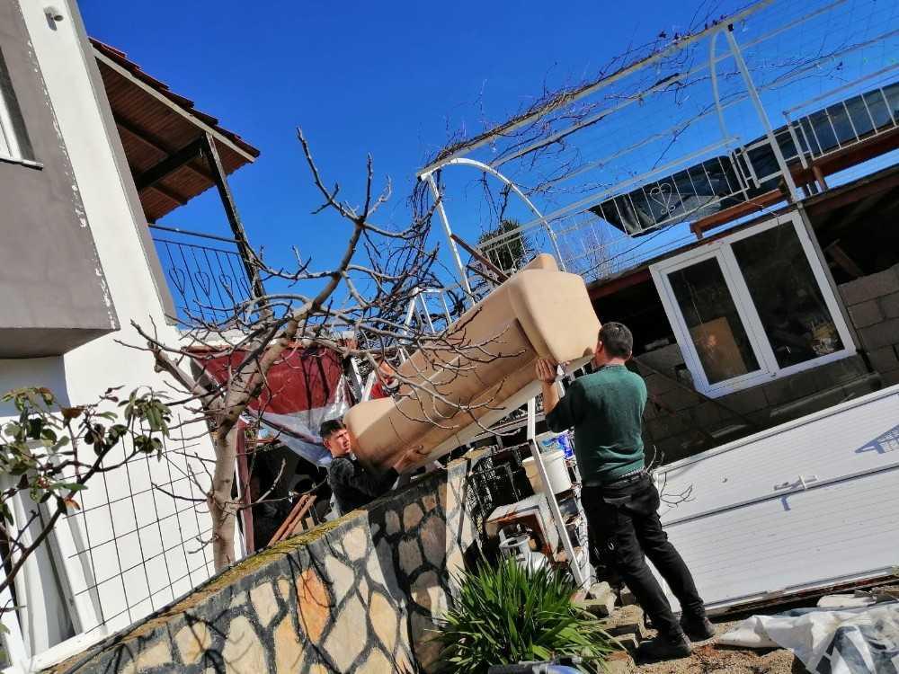 Kemer'de su baskınlarında zarar gören vatandaşlara destek