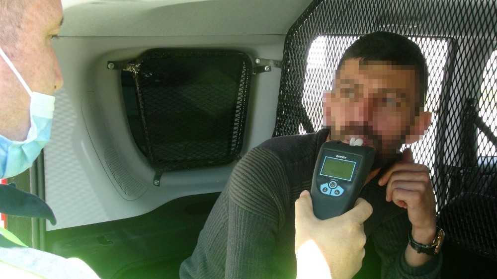 Kısıtlamada polisten kaçan alkollü sürücü duvara çarpınca yakayı ele verdi
