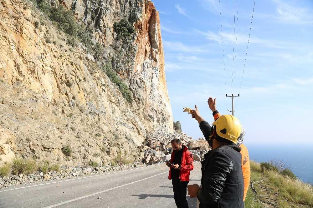 Kontrollü patlamada dev kayaların kapattığı yol 3 gün sonra açılacak
