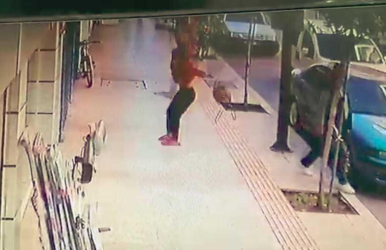 (Özel) Kaldırımda yürüyen adamın ölümden saniyelerle kurtulduğu anlar kamerada