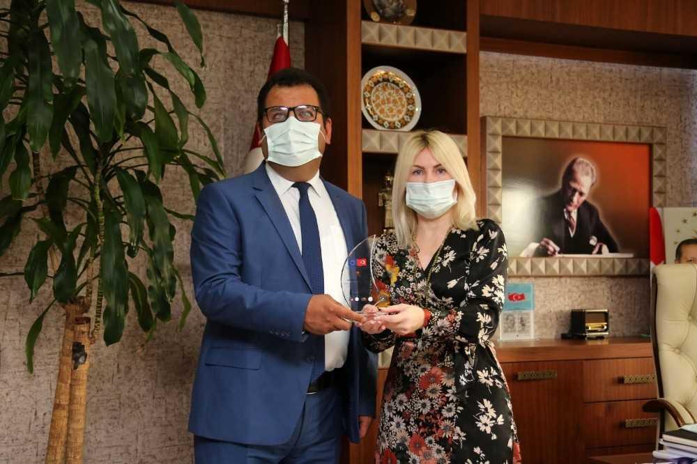 Rektör Özkan'a SivilAnT Projesine katkılarından dolayı plaket
