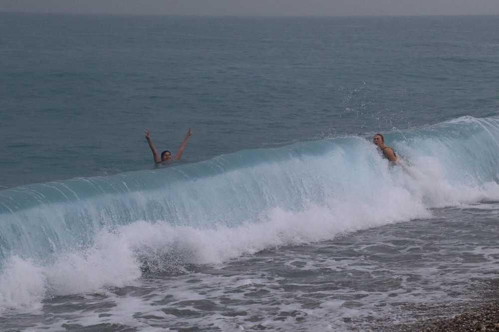 Rus turistlerin deniz aşkına sağanak yağış da engel olamadı