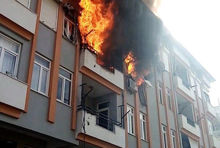 Son katta başlayıp 2 daireyi kül etti, vatandaşlar canlı yayın yarışına girdi