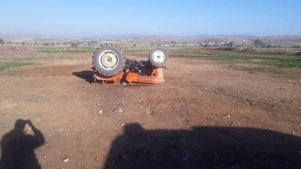 Tarlada drift yapan traktör devrildi: 3 yaralı