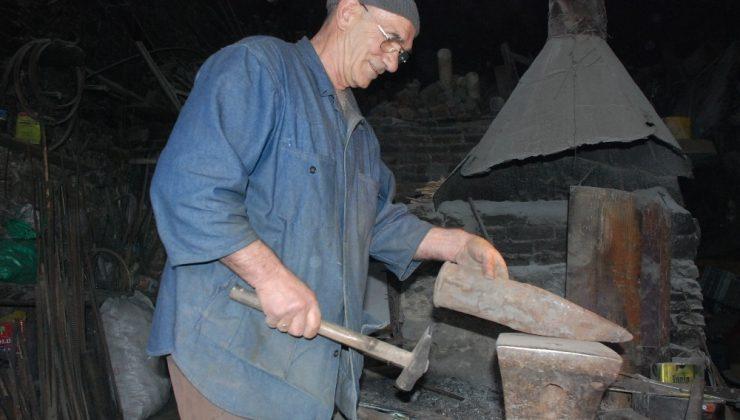79 yaşındaki demir ustası 13 yaşında başladığı mesleğinin sonuna geldi