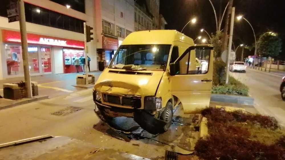 Alkollü sürücü ışıkta bekleyen otomobile çarptı