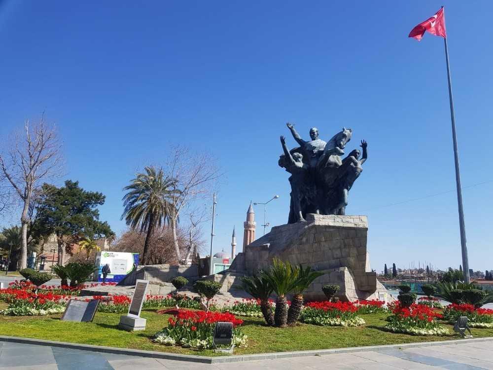 Antalya'da açan 161 bin lale ve sümbül görenleri hayran bırakıyor
