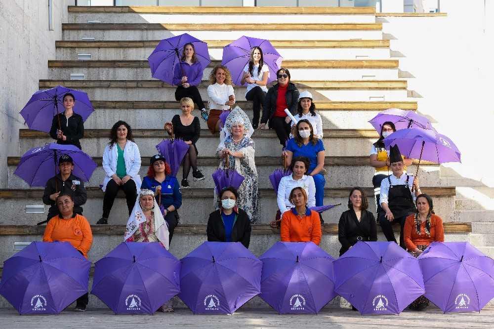 Antalyalı kadınlar mor şemsiye altında buluşuyor