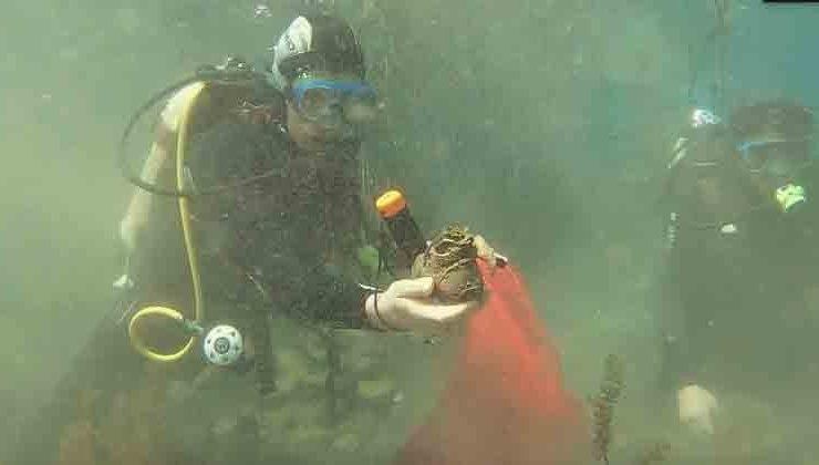 Antalya'nın tatlı su kaynağına giren dalgıçlar yine  torba torba çöple çıktı