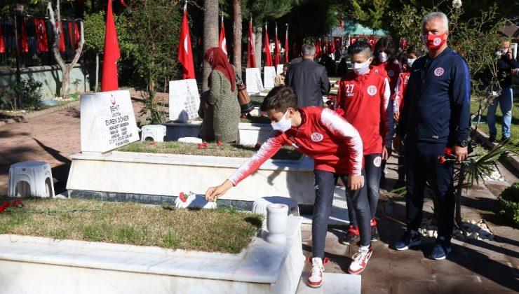 Antalyaspor U12 takımı 18 Mart sebebiyle Şehitliği ziyaret etti