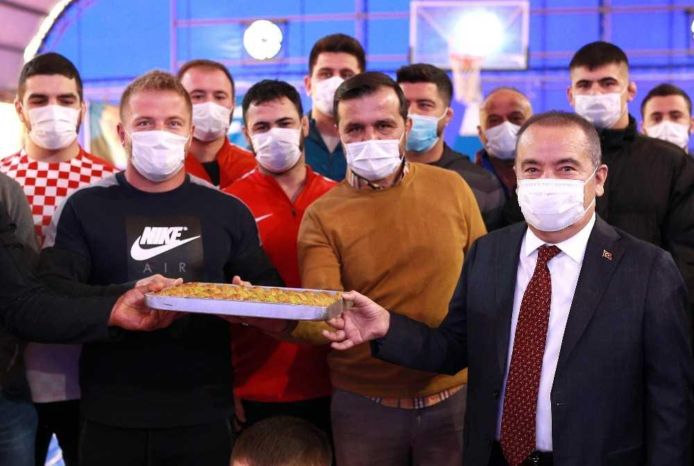 Başkan Böcek'ten güreşçilere baklava ikramı