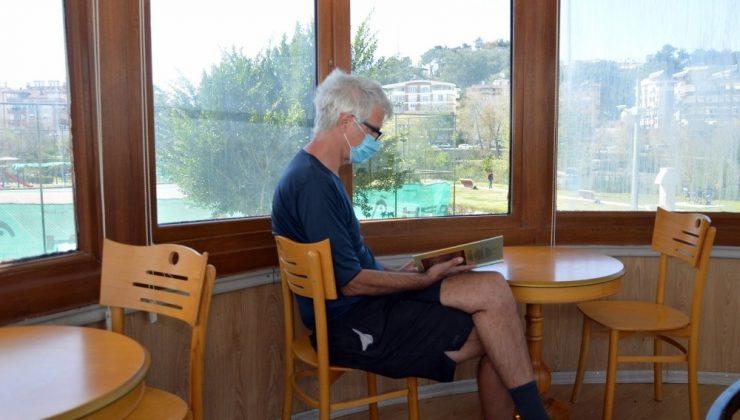 Bu kafede kitap okuyana çay ücretsiz