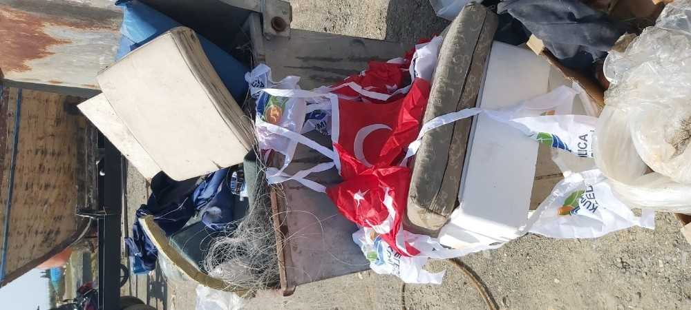 Çöpte bulunan Türk bayrakları tepki çekti