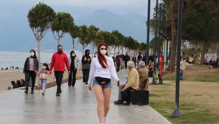 Cumartesi kısıtlamasının olmadığı Antalya'da sahil ve park yoğunluğu