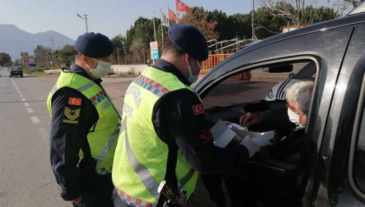 Jandarma denetlediği sürücülere kandil simidi ikram etti