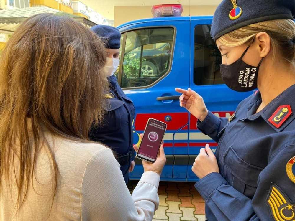 Jandarmadan çalışan ve koruma altında bulunan kadınlara anlamlı ziyaret