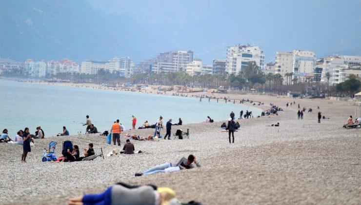Kırmızı Antalya'da sahil yoğunluğu