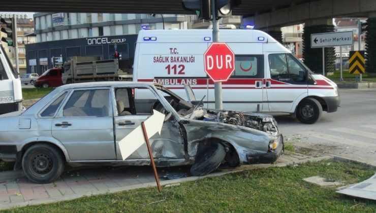 Kırmızı ışık ihlali yapan aracın çarptığı sürücü otomobilde sıkıştı