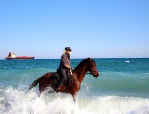 Kovboy şapkasını takıp Antalya sokaklarında at koşturuyor, gören bir daha bakıyor