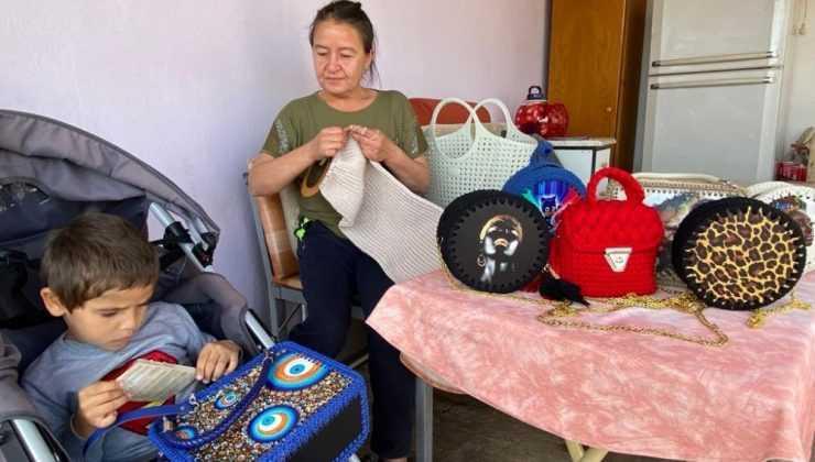 Oğlunun tedavisine katkı sağlamak için çanta örüyor