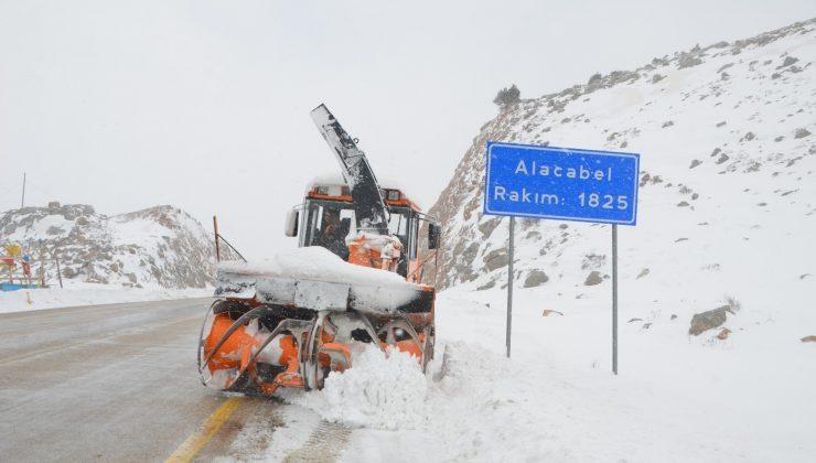 (ÖZEL) Kar savaşçılarının 1825 metre rakımlı karayolunda zorlu mesaisi