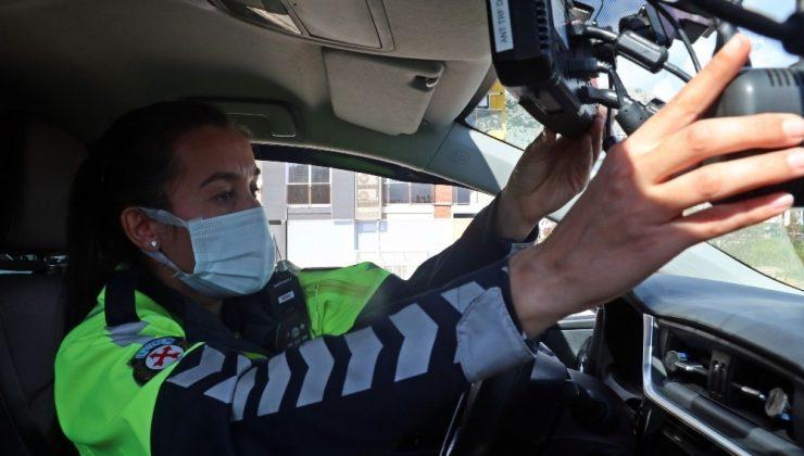 (Özel) Türkiye'nin tek kadın radar polisi Antalya'da hıza geçit vermiyor