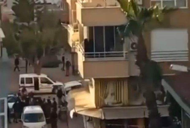 Transseksüel olduğu iddia edilen kişiye sokak ortasında öldüresiye darp
