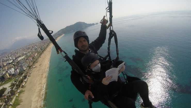 Yamaç paraşütünde kitap okuma keyfi