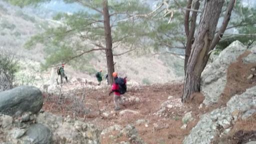 Yayladaki hasta çobana ulaşabilmek için 1.5 saat yağmur ve dolu altında yürüdüler