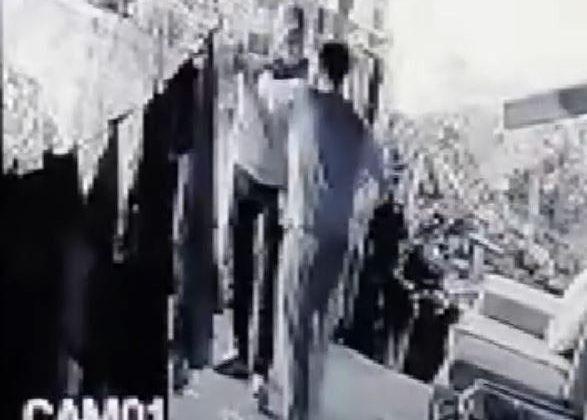 Zile basarak kontrol yapan hırsızlık şüphelisini yakalayıp dövdü