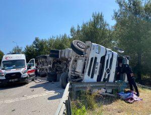 Antalya'da çimento yüklü tır yan yattı: 1 yaralı