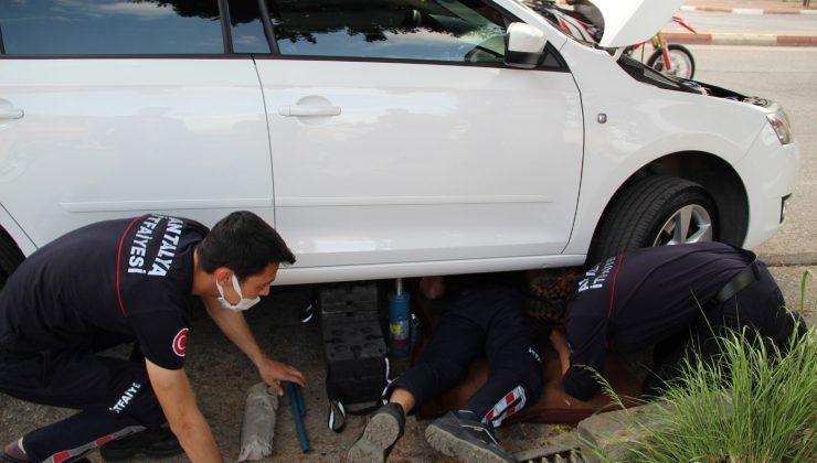 Araç motoruna sıkışan kediyi kurtarmak için seferber oldular