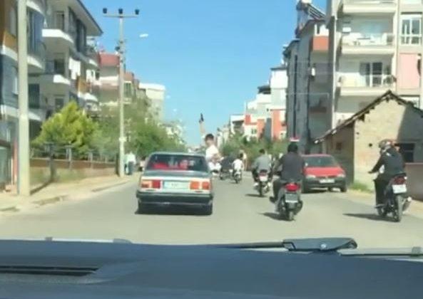 Asker uğurlama konvoyunda araçtan sarkıp, binaların arasında havaya ateş etti