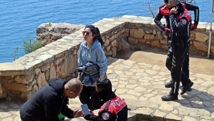 Cüzdanları çalınan Çinli turistler dil bilmeyince polis dertlerini canlandırma yaparak anlamaya çalıştı