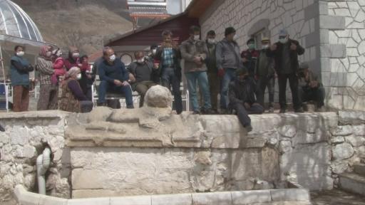 """Jandarma tarihi eseri müzeyi götürmek istedi, köylüler üzerine oturarak böyle tepki gösterdi: """"Veremem abi"""""""