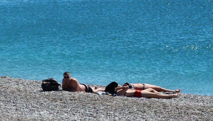 Kısıtlama ve rüzgar Antalya'yı sessizliğe bürüdü