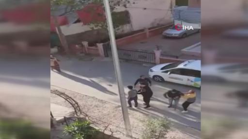 Komşuların taşlı sopalı kavgası kamerada… Sokak ortasında birbirlerine girdiler