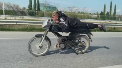 Motosiklete yüzüstü yatıp akrobasi yaptılar polisi görünce yaya olarak kaçtılar