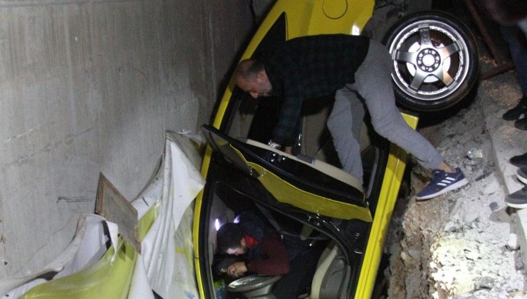 Otomobilin çarptığı taksi, yan yoldaki boşlukta asılı kaldı